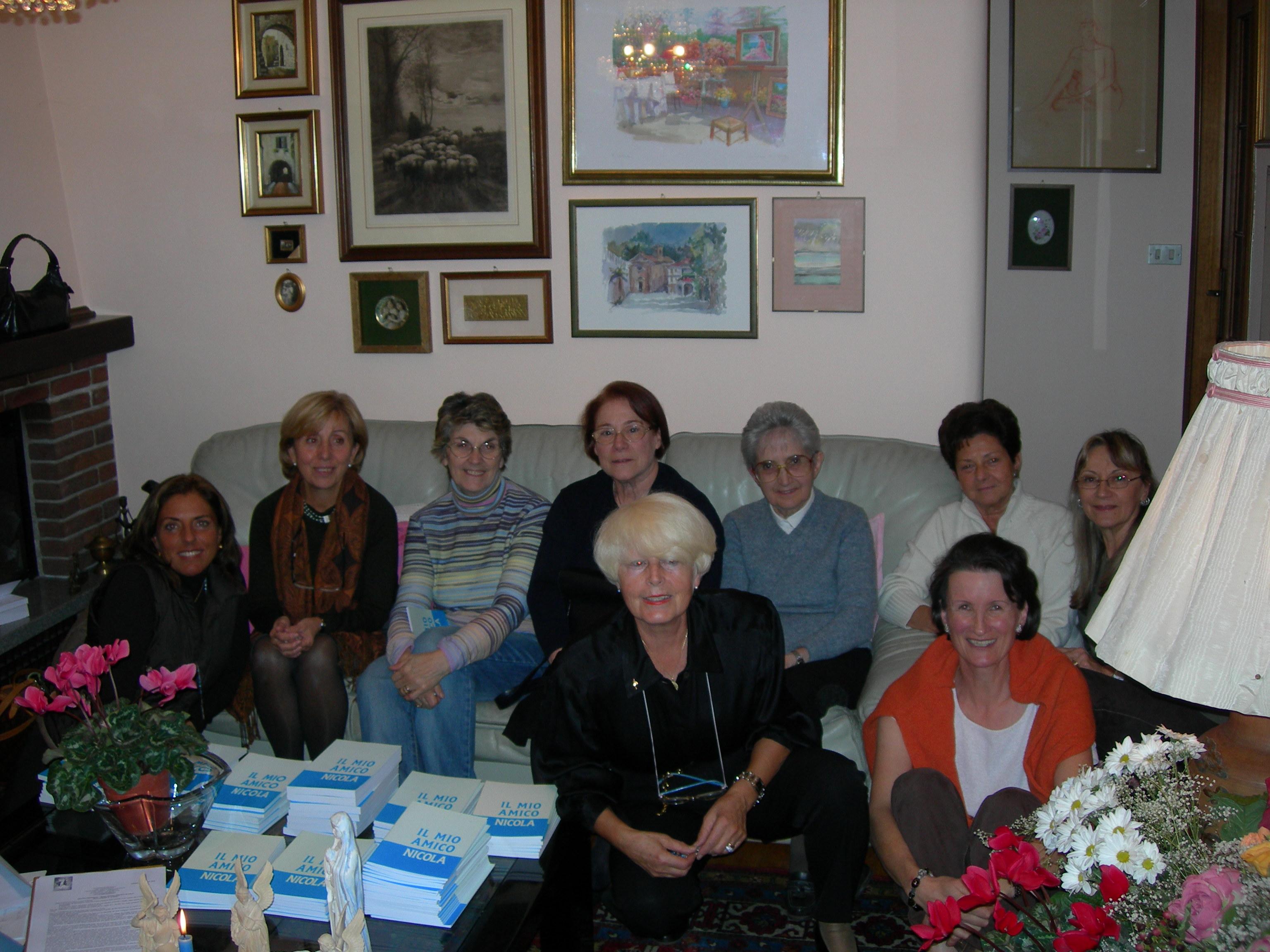 """20/10/2006Il gruppo di preghiera """"Maria SS. Assunta in Cielo"""" di San Mauro Torinese (TO) nato il 21/04/2006Al centro, inginocchiata, la signora Assunta Ramasso, capogruppo."""