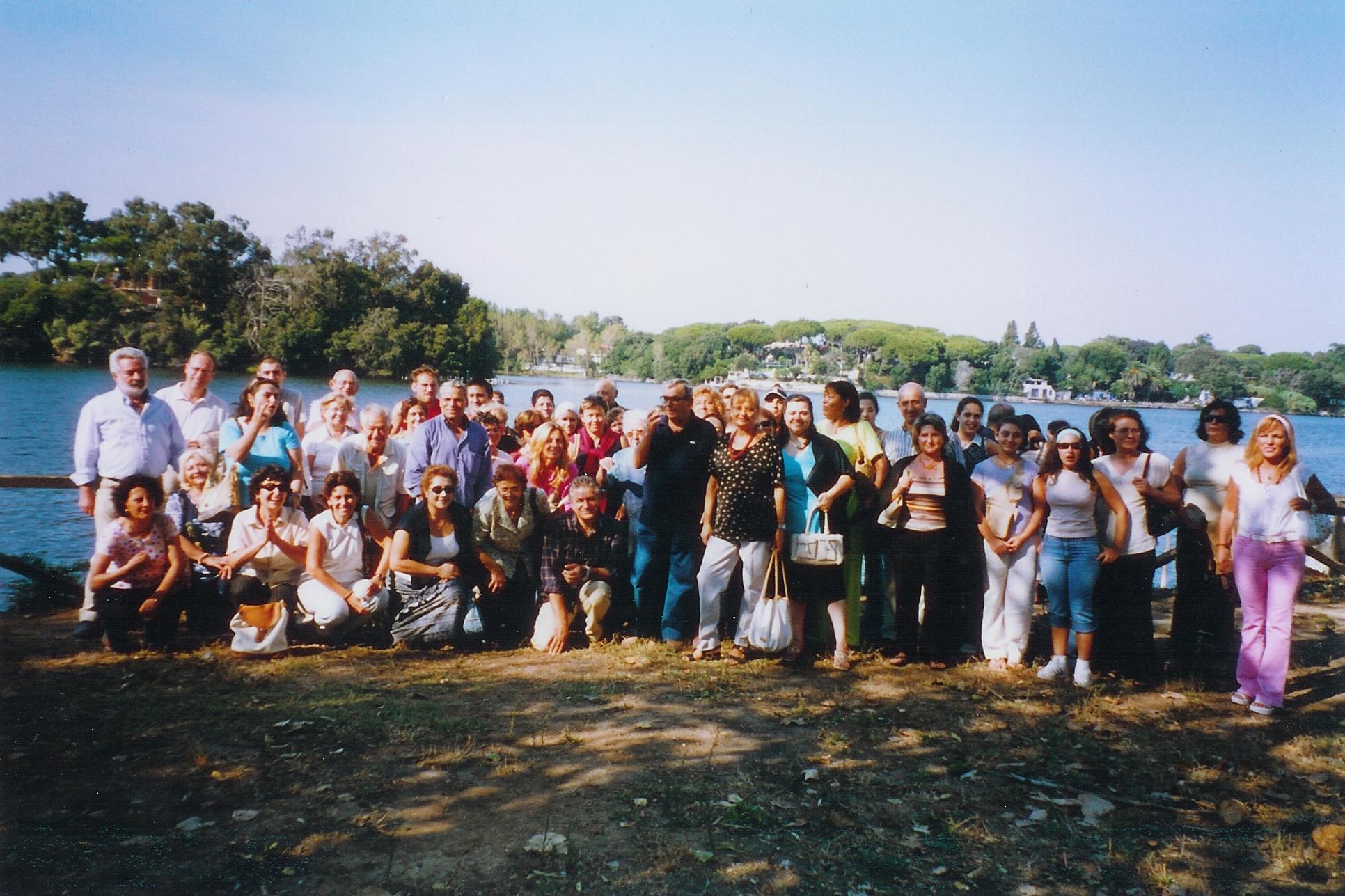 28/08/2004Alcuni amici di Nicola, dopo la santa messa alla Sorresca di Sabaudia.